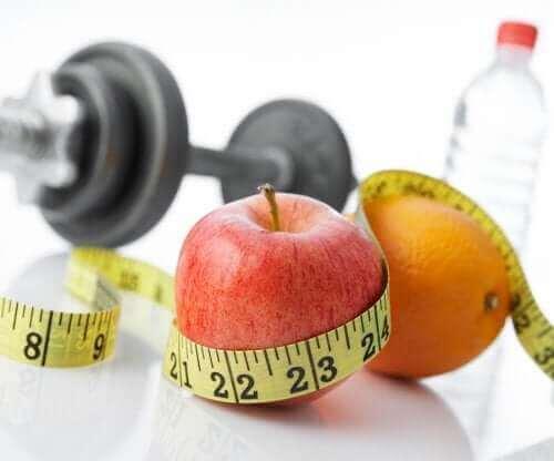Φρούτα, βάρη, νερό και μεζούρα