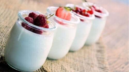 Γιαούρτι σε βάζα με διάφορα φρούτα και λίπος στην κοιλιά