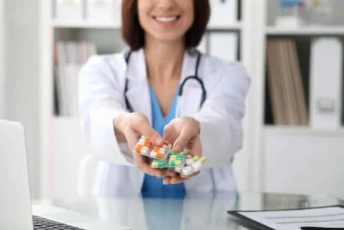 γιατρός δίνει χάπια
