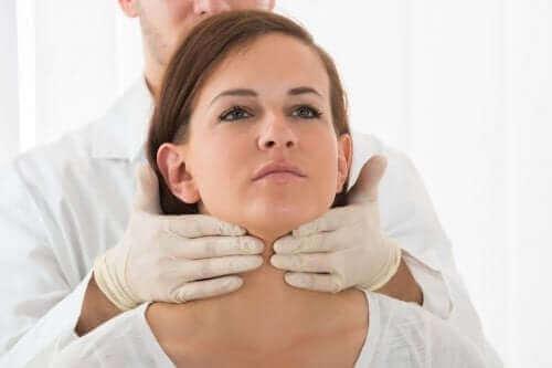 Γιατρός ελέγχει τον θυρεοειδή γυναίκας