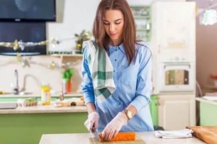 Γυναίκα κόβει ωμό κρέας
