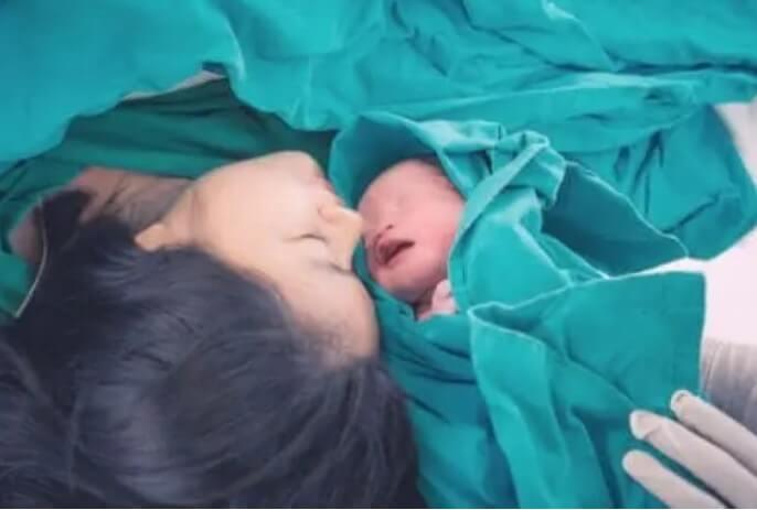 Μητέρα με νεογέννητο