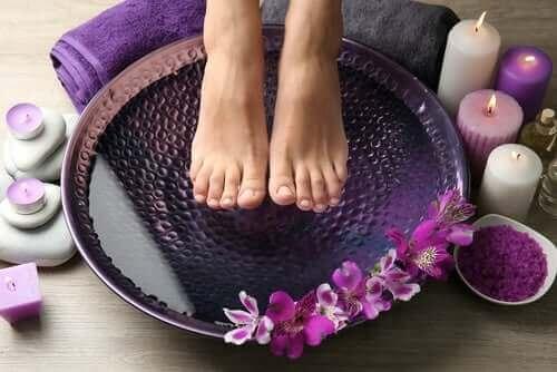 Γυναίκα μουλιάζει τα πόδια της σε νερό για πόδια που καίνε