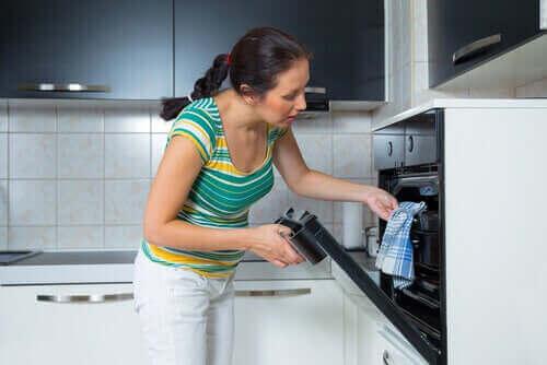 Γυναίκα βάζει φαγητό στο φούρνο