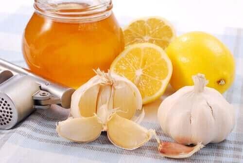 Κανάτα με μέλι, σκόρδα και λεμόνια