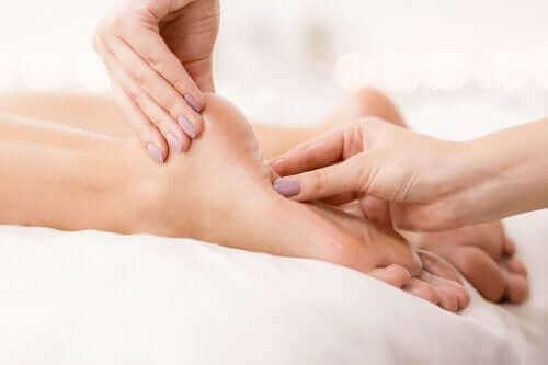 Κόλπα και θεραπείες για τα πόδια που καίνε