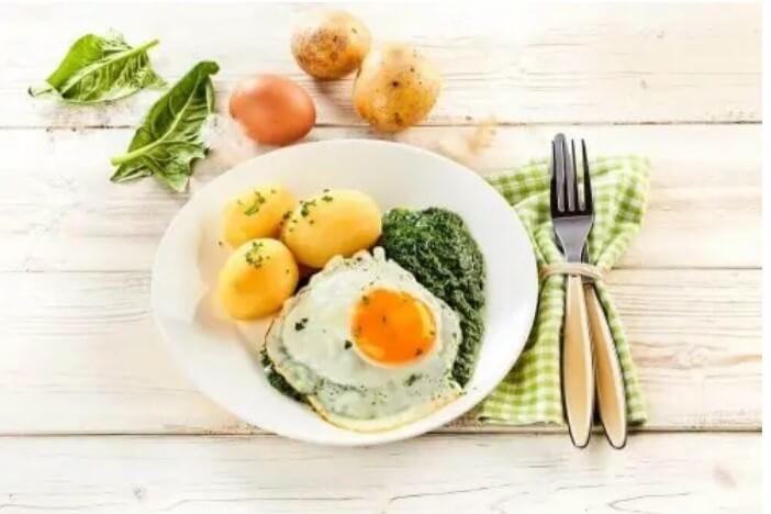 πιάτο με αυγά και πατάτες και λαχανικά