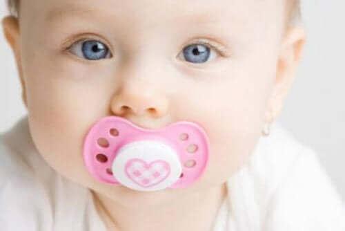Μωρό με πιπίλα στο στόμα