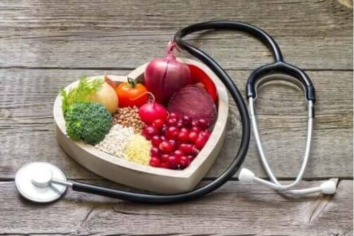 μπολ σε σχήμα καρδιάς με λαχανικά