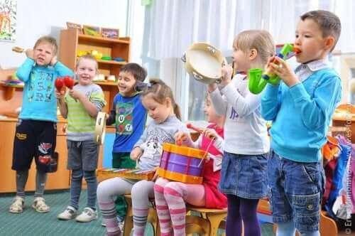 Παιδιά παίζουν μουσική