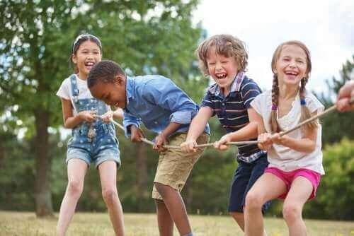 Παιδιά τραβούν ένα σχοινί