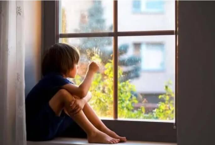Παιδί σε παράθυρο