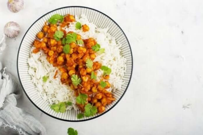 Ρεβίθια με κάρυ και ρύζι