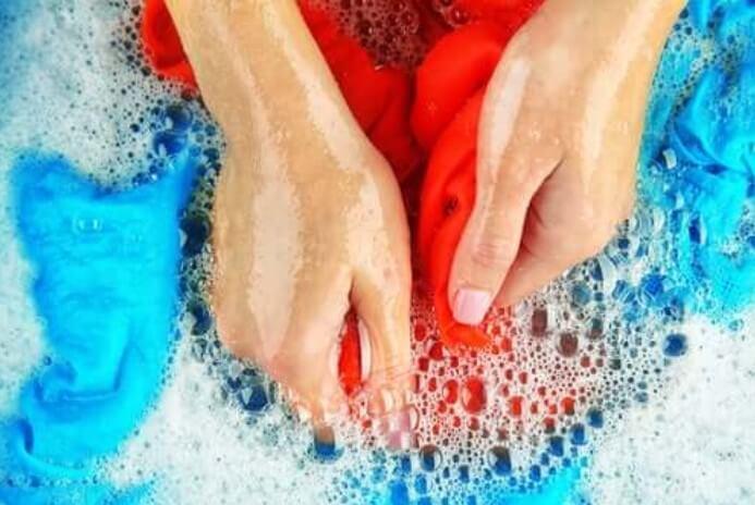 Πλύσιμο στο χέρι για λεκέδες από λάδι από τα ρούχα