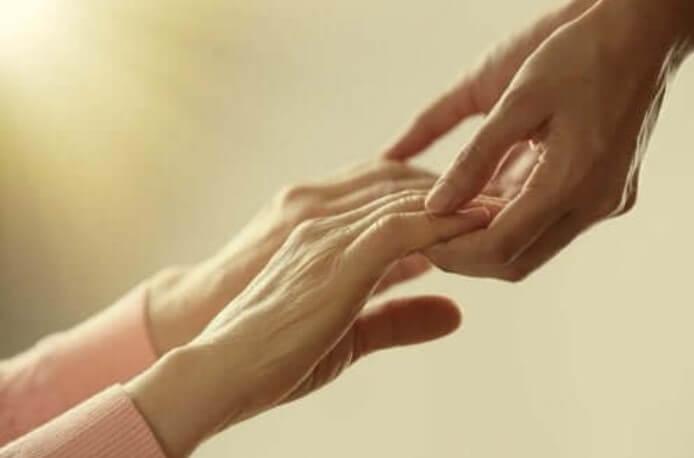 χέρια που πιάνονται