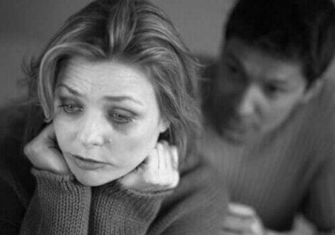 Γυναίκα και άνδρας σε απρόμαυρη φωτογραφία