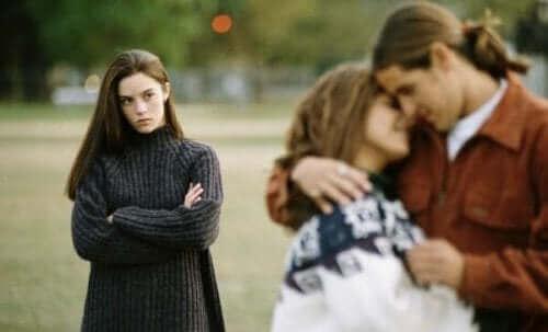 Ζευγάρι αγκαλιάζεται και μια γυναίκα κοιτά με φθόνο