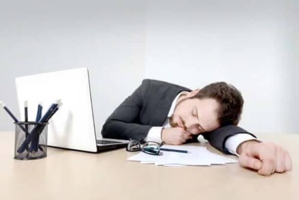 άνδρας κοιμάται σε γραφείο