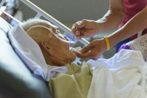 Άτομο φροντίζει ηλικιωμένο σε νοσοκομείο
