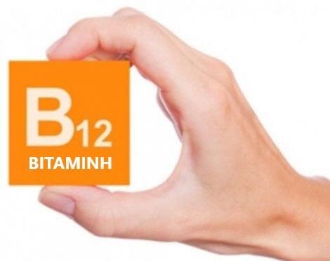 Άτομο κρατά κουτί που γράφει βιταμίνη Β12