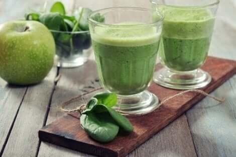 Δύο ποτήρια με πράσινο σμούθι