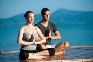 Εξάσκηση γιόγκα με το άλλο σας μισό: Τα οφέλη