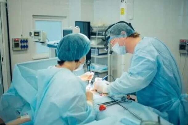 γιατροί σε χειρουργείο