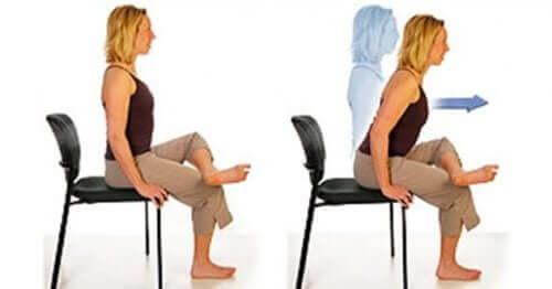 Γυναίκα κάνει άσκηση σε καρέκλα