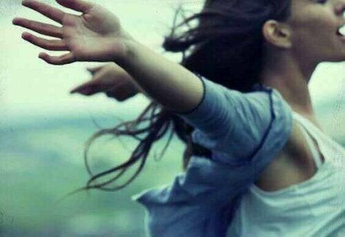 Γυναίκα με ανοιχτά χέρια- κάποιος σας φέρεται άσχημα