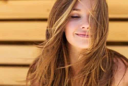 Γυναίκα με λαμπερά μαλλιά χαμογελά