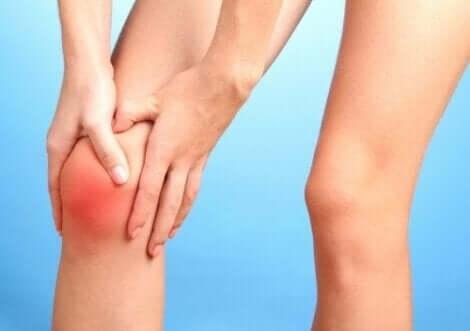 Γυναίκα με πόνο στο γόνατο