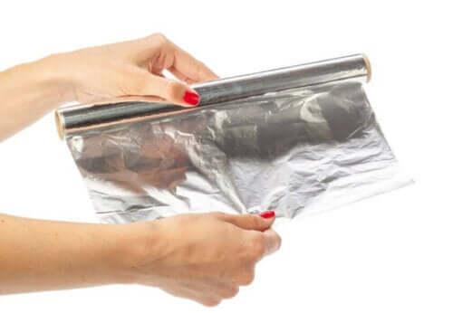 Γυναίκα ξετυλίγει αλουμινόχαρτο