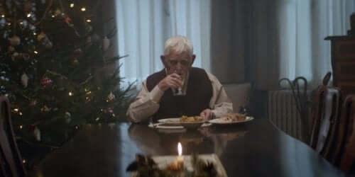 Ηλικιωμένος άνδρας τρώει μόνος του