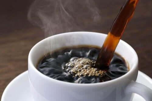 Άτομο βάζει καφέ σε κούπα