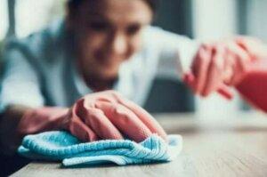 Πώς να βγάλετε τους λεκέδες με καθαριστικό για τα λίπη