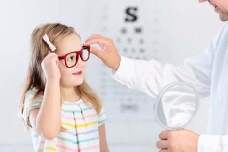 Κοριτσάκι στον οφθαλμίατρο