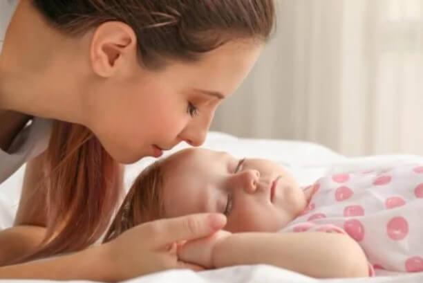 μητέρα φιλά το μωρό της
