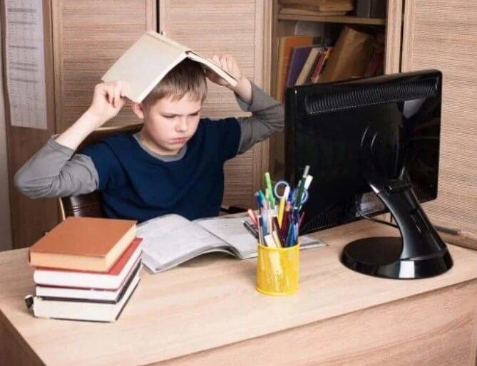 Παιδί μπροστά σε υπολογιστή