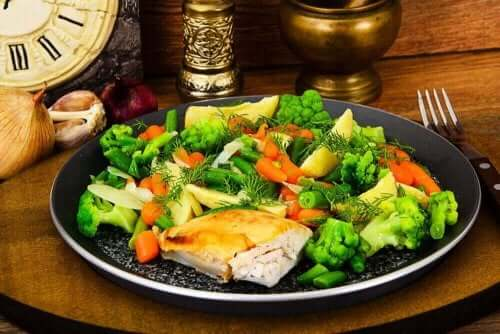 Πιάτο με κοτόπουλο και λαχανικά στον ατμό