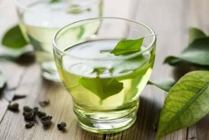 Πράσινο τσάι σε ποτήρι για να καταπραΰνετε τη δυσπεψία