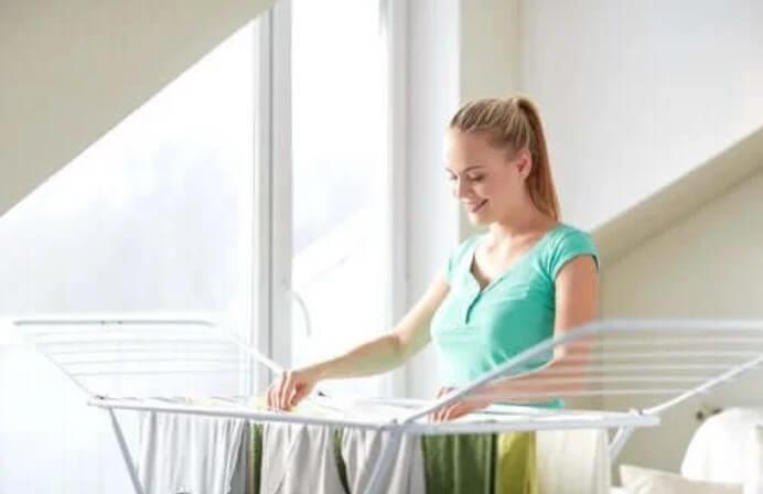 Γυναίκα που απλώνει ρούχα