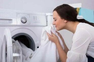 Πώς να ξεφορτωθείτε τη μυρωδιά μούχλας από τα ρούχα