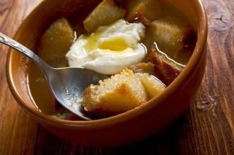 Σούπα με αβγό και κρουτόν σε μπολ