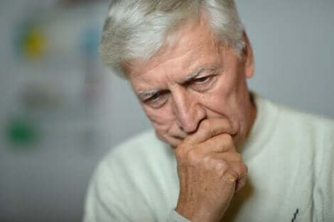 Στεναχωρημένος ηλικιωμένος άνδρας