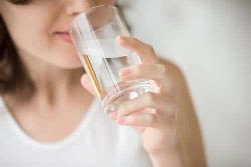 Τι κερδίζετε όταν πίνετε νερό με άδειο στομάχι;