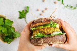 Δύο βέγκαν μπιφτέκια για burgers που πρέπει να δοκιμάσετε