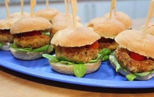 Βέγκαν burgers πάνω σε πιάτο