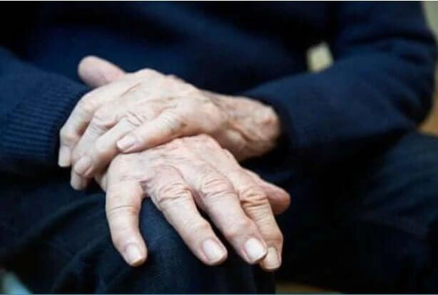 Ιδιοπαθής τρόμος (τρέμουλο): Συμπτώματα, αιτίες, θεραπεία