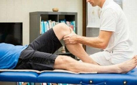 Άνδρας δέχεται μασάζ στο πόδι