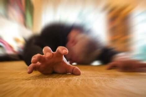 Άνδρας με επιληπτική κρίση στο πάτωμα
